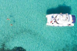Catamarano Futurismo Asinara nelle acque cristalline dell'isola dell'Asinara