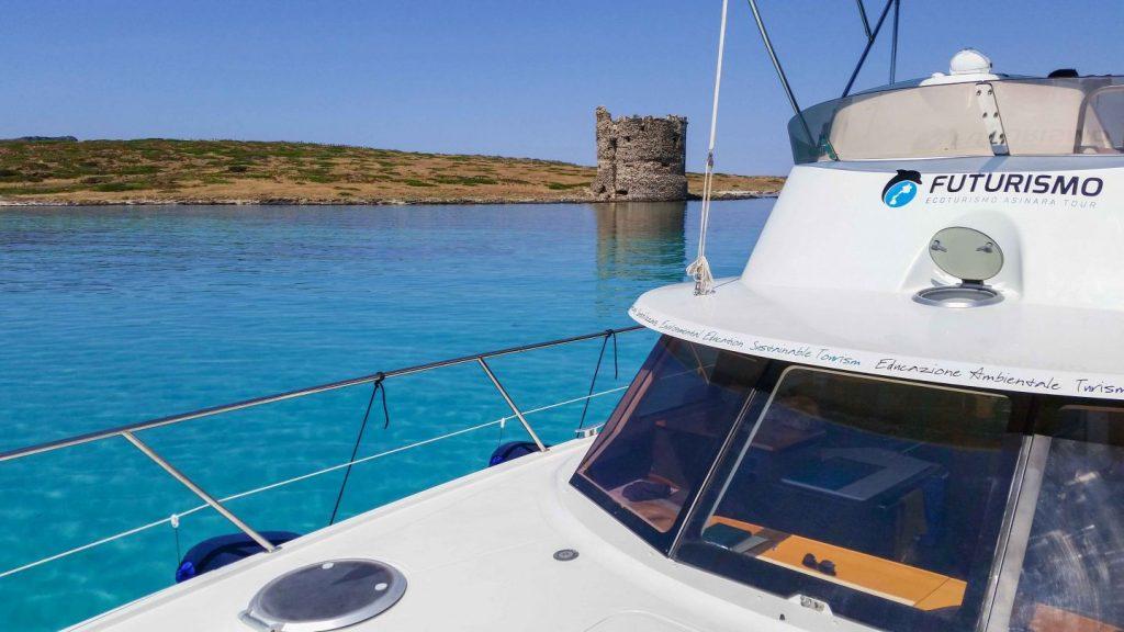 Il catamarano pelagos in rada nelle piscine naturali di Stintino