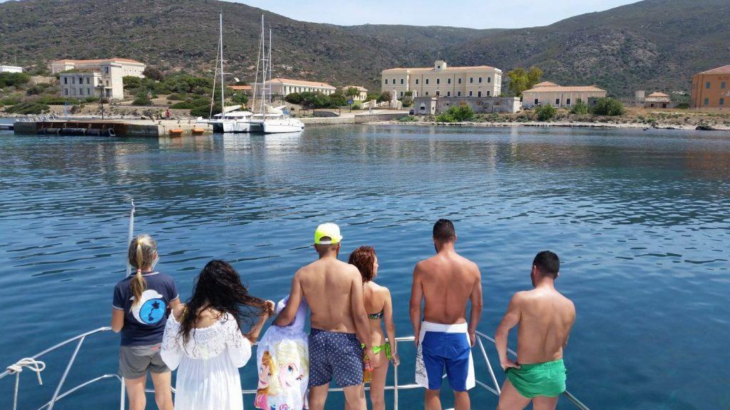Arrivo al molo di Cala Reale, escursioni asinara in catamarano